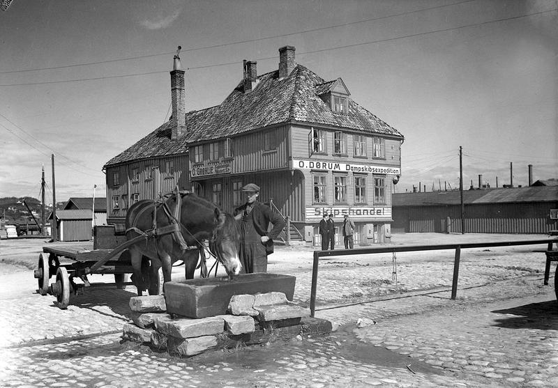 Tavern ble flyttet til Sverresborg i 1946. Før det stod bygget ved det gamle Slaveriet på Brattøra.