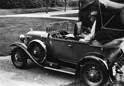 Prins Eugen målar i en för ändamålet ombyggd bild, Ford Mode