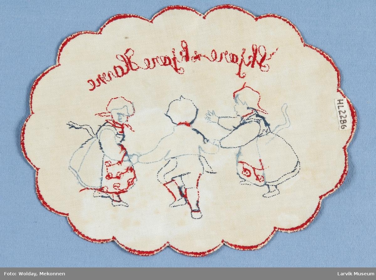 2 jenter og 1 gutt,dansende