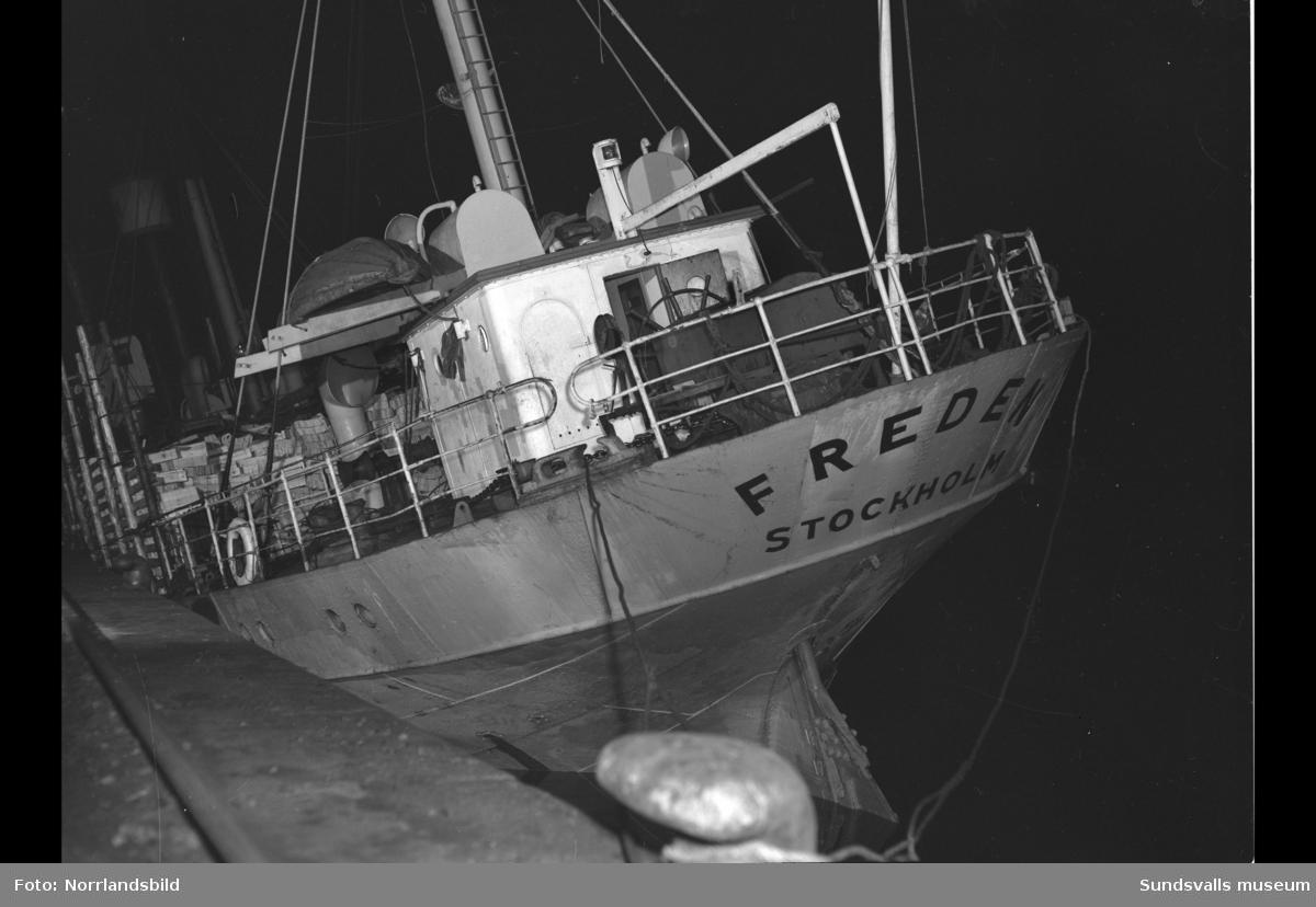 Fartyget Freden, Stockholm, har sökt nödhamn i Sundsvall. Ligger vid kaj med rejäl slagsida.