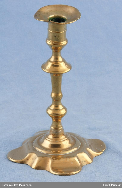 Form: tunget,opphøyet fot, pipe med vulster, utstående krave