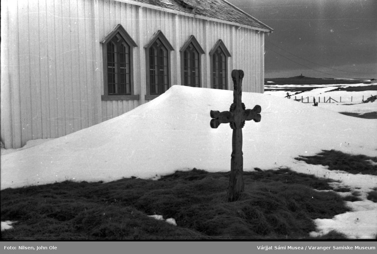 Utenfor Nesseby kirke. Trekors mot snøfonn. 1. mai 1966.