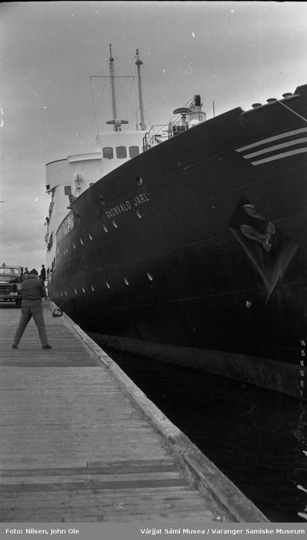 Hurtigruteskipet Ragnvald Jarl ligger i havn i Vadsø 7. juni 1966.
