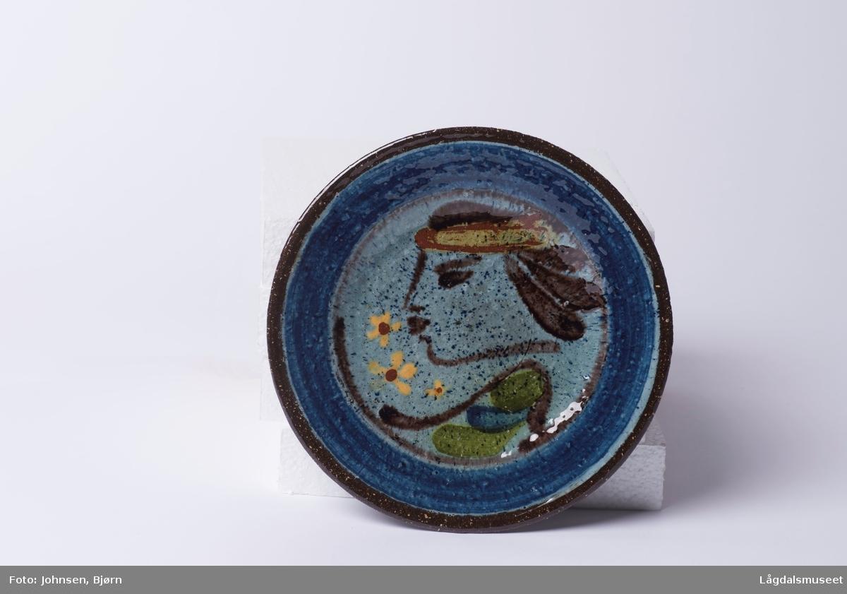 """Fatet viser et håndmalt bilde av """"Lille pariserinne"""". Motivet er malt i begitining."""