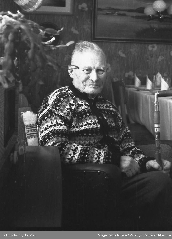 Portrett av Mikkel A. Johnsen. Muligens i forbindelse med hans 90-årsdag.  Ukjent sted 24. februar 1967.