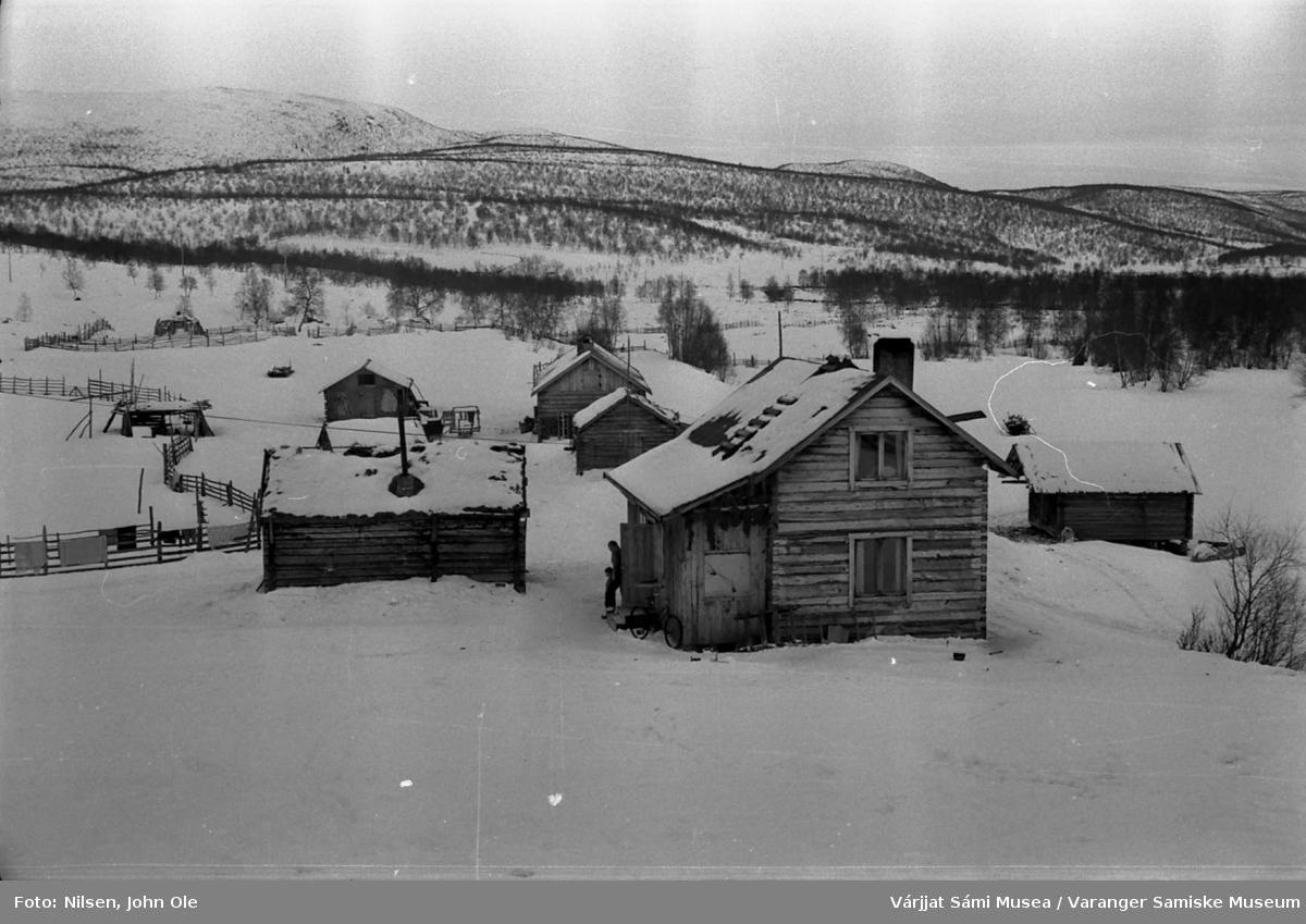 Gammelt bolighus med mange uthus rundt. Gamme i bakgrunnen. Ukjent sted 8. mars 1967.