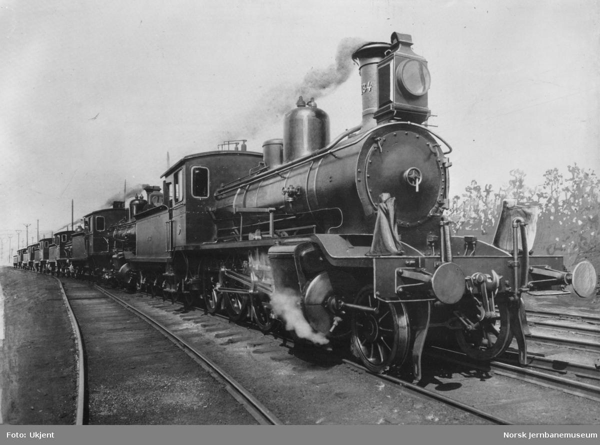 Damplokomotiv type 18b nr. 184 foran fem andre nye lokomotiver ved leveransen
