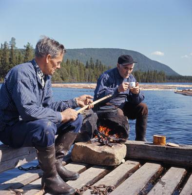 Fløtere på spillflåte i mai 1969. Ulvsjøen, Trysil.. Foto/Photo