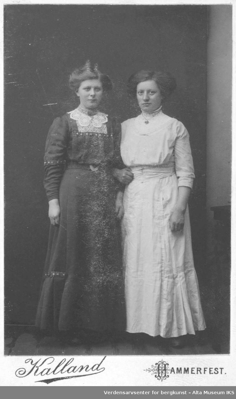 portrett 2 damer lange kjoler blonder kunstferdige hårfrisyrer