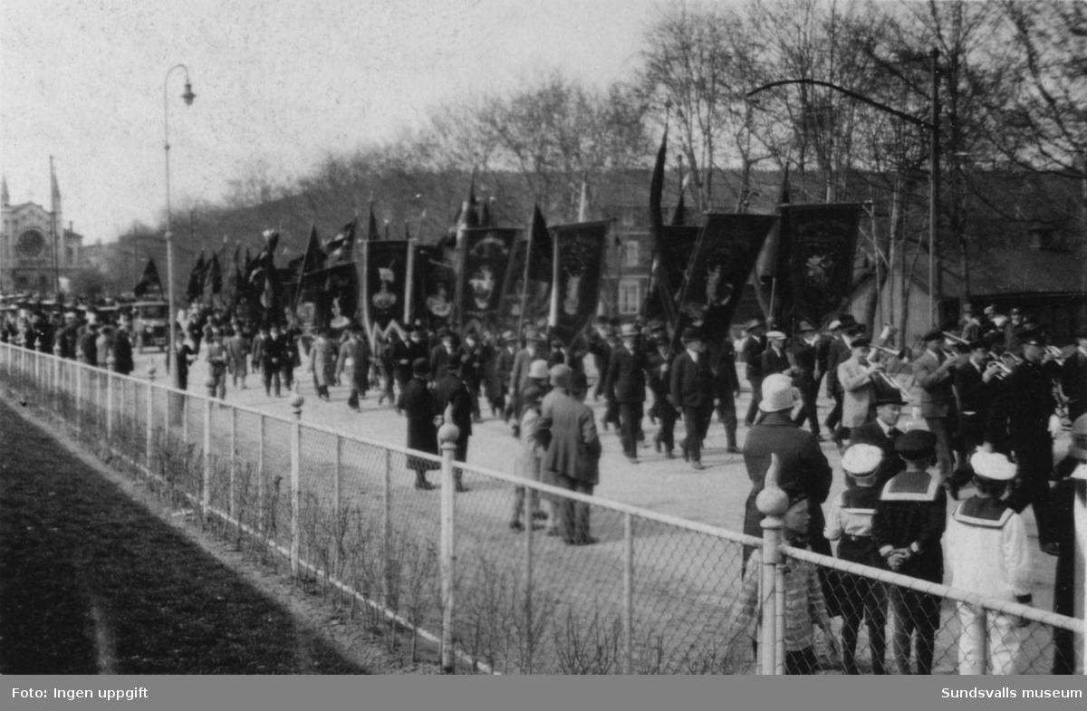 Demonstrationståg med fanor, på väg till Vindskärsvarv för högtidlighållandet (50-årsminnet) av Sundsvallsstrejken 1879. 26 maj 1929.