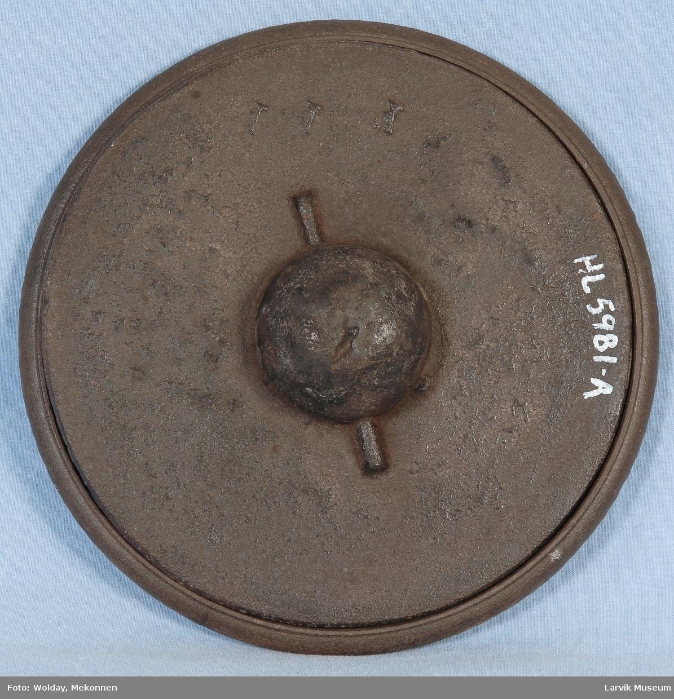 Rund formet lokk med nedsunket håndtak