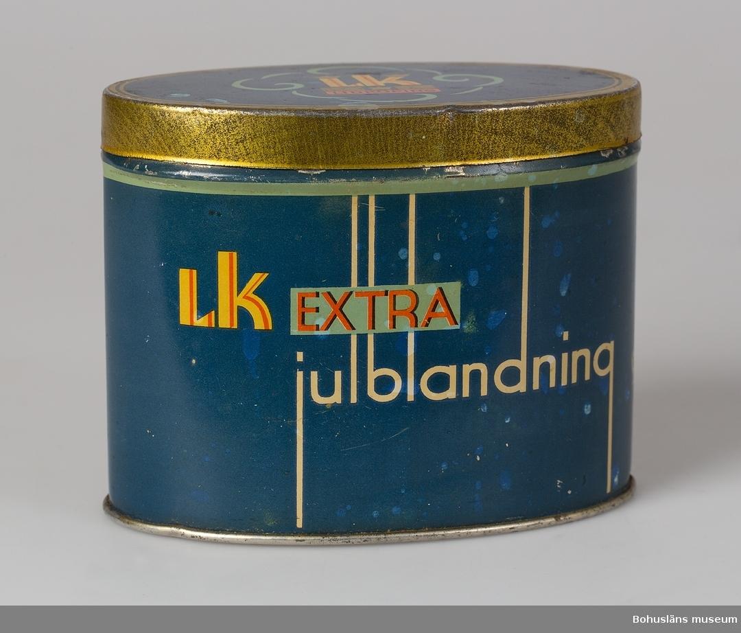 """Karamellburk i metallplåt.  Text: """"Aktiebolaget Lidköpings konfektyrindustri. L K extra Julblandning""""."""