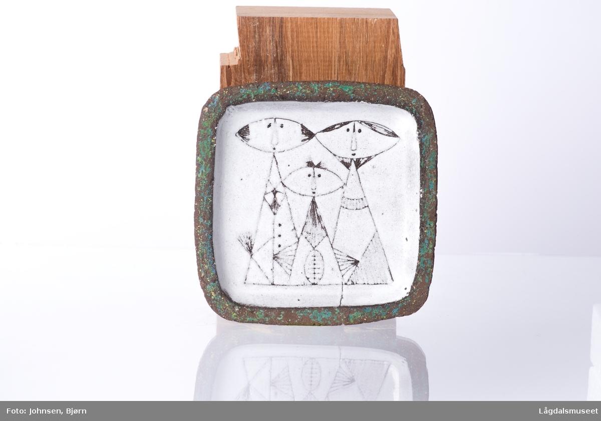 Motivet består av geomteriske figurer som danner tre personer. Dekoren er gjort i teknikken grafitto.