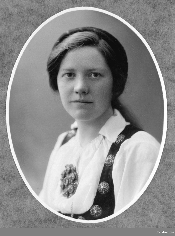 Brystbilde av Kjersti H. Sisjord, gift Nyhus, hårband, stakk og liv, trøye og sølje