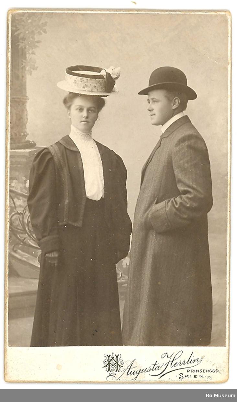 Atelierfoto av eit ungt par; Marie Torsteinsen (Odden) og Gotfred Nilsen frå Skien/Sauherad.