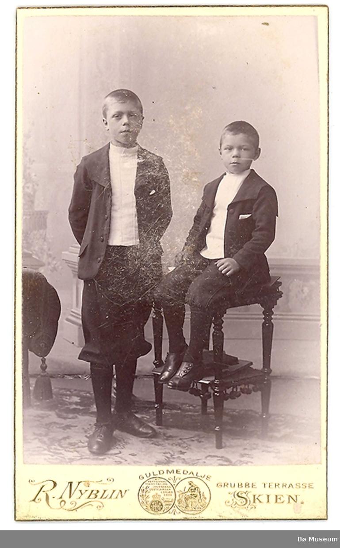 Atelierfoto av to gutar: Torstein S. (t.v.) og Andreas S. Odden frå Oslo/Sauherad