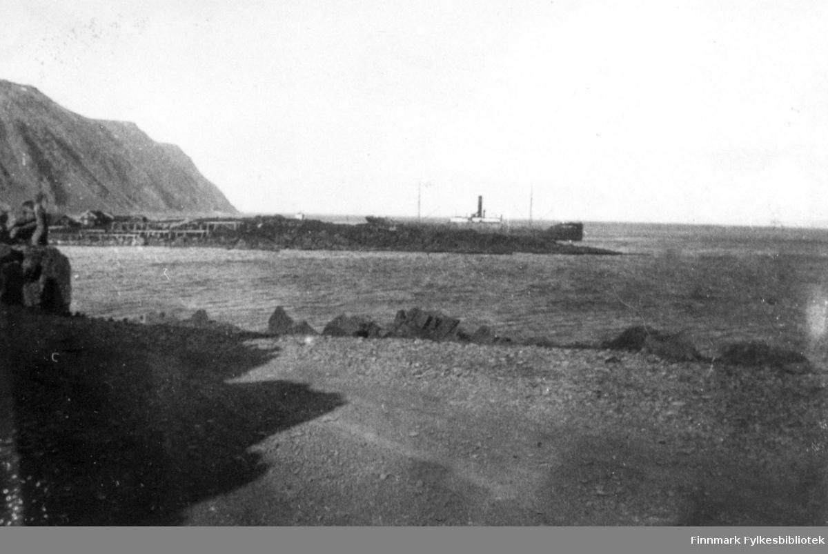 Grusvei ved Honningsvåg. Lastebåt.