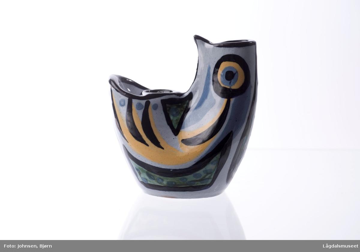 Gjenstaden har en abstrakt form som kan minne om en en fugl. Abstrakt dekor gir også et videre inntrykk av en fugl via geomteriske former og ornamentikk.