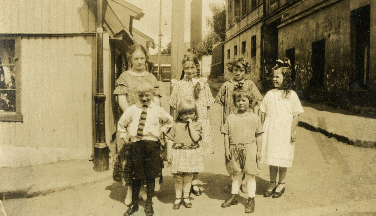 Barn i Stupinngata på Enerhaugen, 1924. - Norsk ...