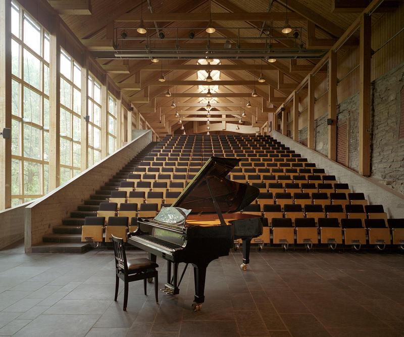 Aulaen på Domkirkeodden har en hel vegg av vinduer mot sør, et stort scenegulv med et Steinway-flygel, sitteplass til 224 mennesker, og fantastisk akustikk.