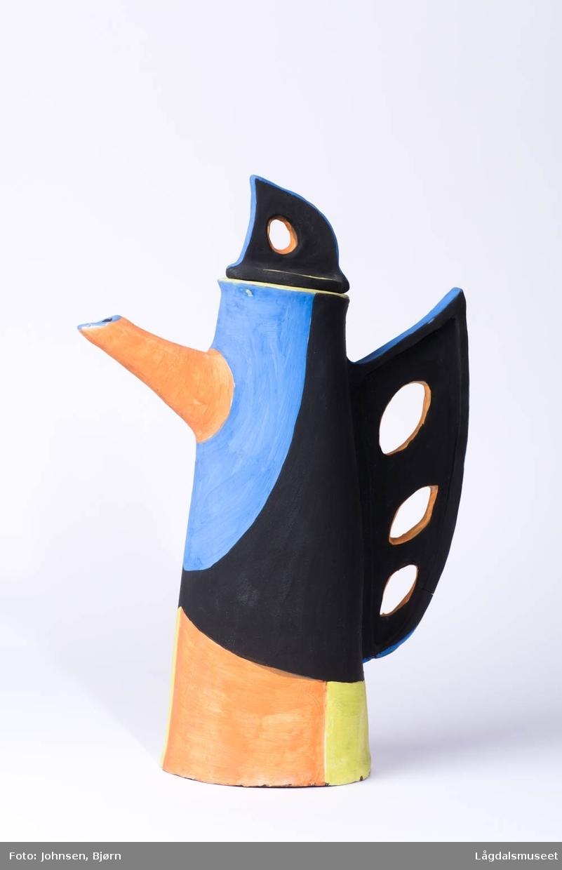 Vasen er fylt med gemotriske felter i ulike farger som danner et dekorerende uttrykk.