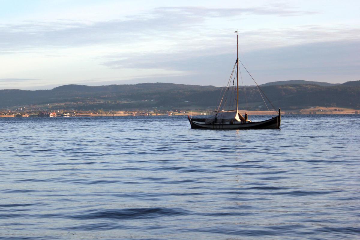 Med telt blir båten ekstra praktisk til turbruk.  Fra seilkurs på Museet Kystens Arv.
