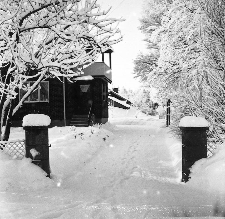 Kättilstorp 8 Januari 1968 före VA-arbeten. Gunnar Karlssons portstolpar.