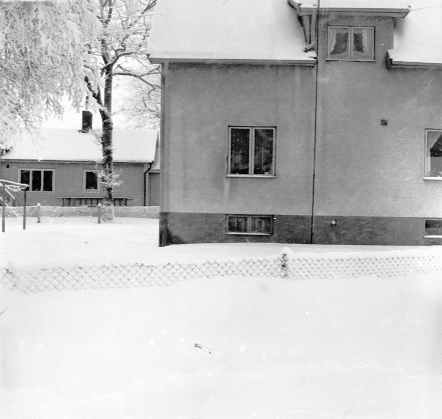 Kättilstorp 8 Januari 1968 före VA-arbeten. Textilfabr. hus och staket.