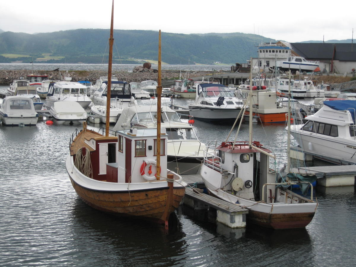 Børsabåt. Traditional fishing boat. Mainly a motorboat, but it also has sails. (Foto/Photo)