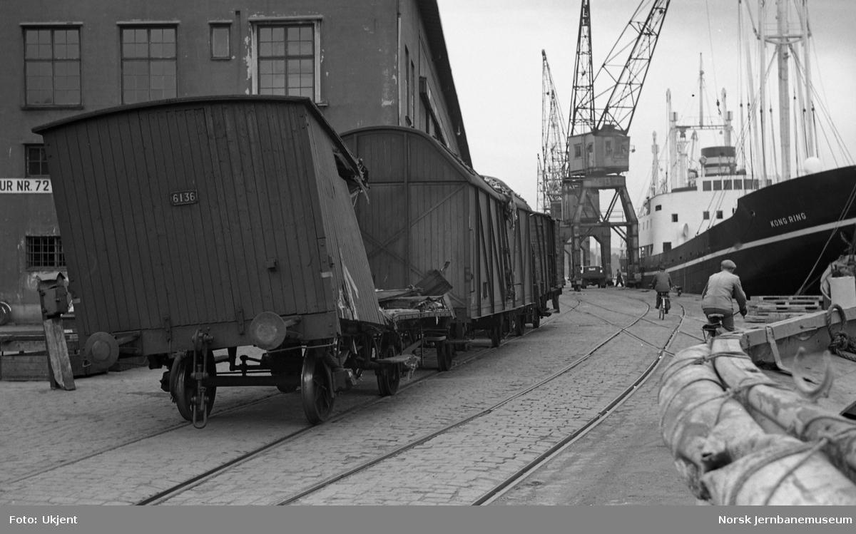 Skadde godsvogner etter kranvelt på Grønlibrygga 26. april 1952