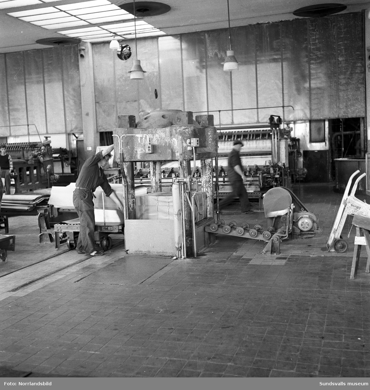 Interiörbilder från verksamheten vid Svartviks sulfitfabrik.