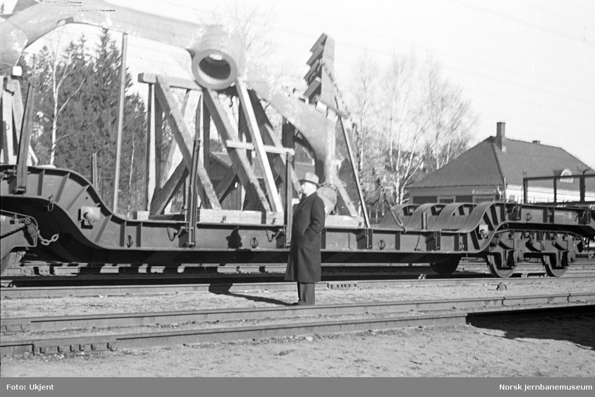 Dyplastevogn på Strømmen stasjon med skipsdel fra Strømmens Værksted