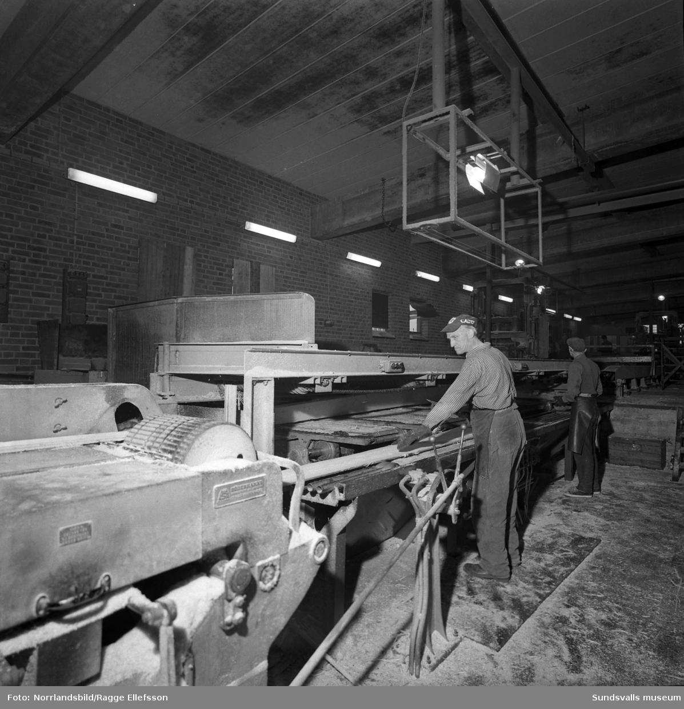 Vivstavarvs sågverk, interiörbilder från verksamheten.