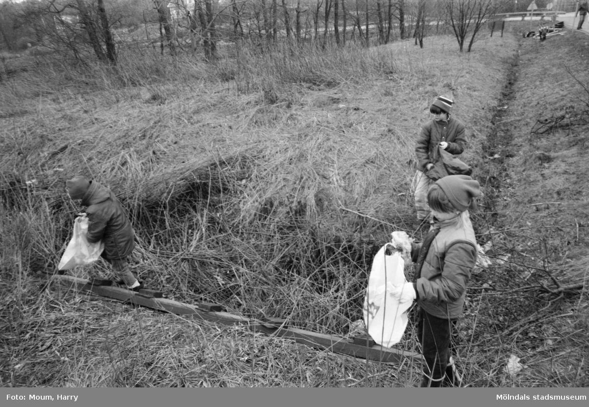 Annestorpsdalens scoutkår städar i Lindome centrum med angränsande områden, år 1984.  För mer information om bilden se under tilläggsinformation.