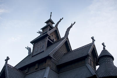 Tak og dragehoder på stavkirken fra gol