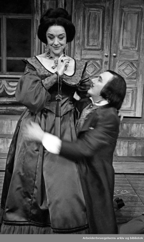 Nationaltheatret. Hovedscenen..REVISOREN, av Nikolaj Gogol. Premiere 28.03.1968..Aase Bye og Espen Skjønberg.