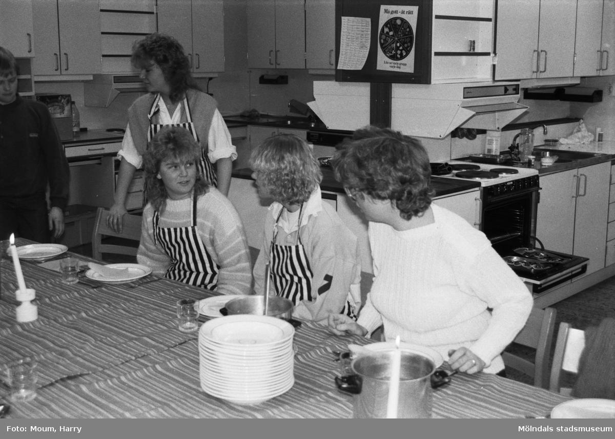 Temavecka på Ekenskolan i Kållered, år 1984. Elever vid ett dukat bord.  För mer information om bilden se under tilläggsinformation.