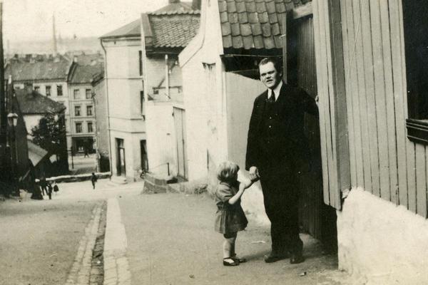 Albert Scheinpflug med datter utenfor Johannes gate 4. Foto/Photo