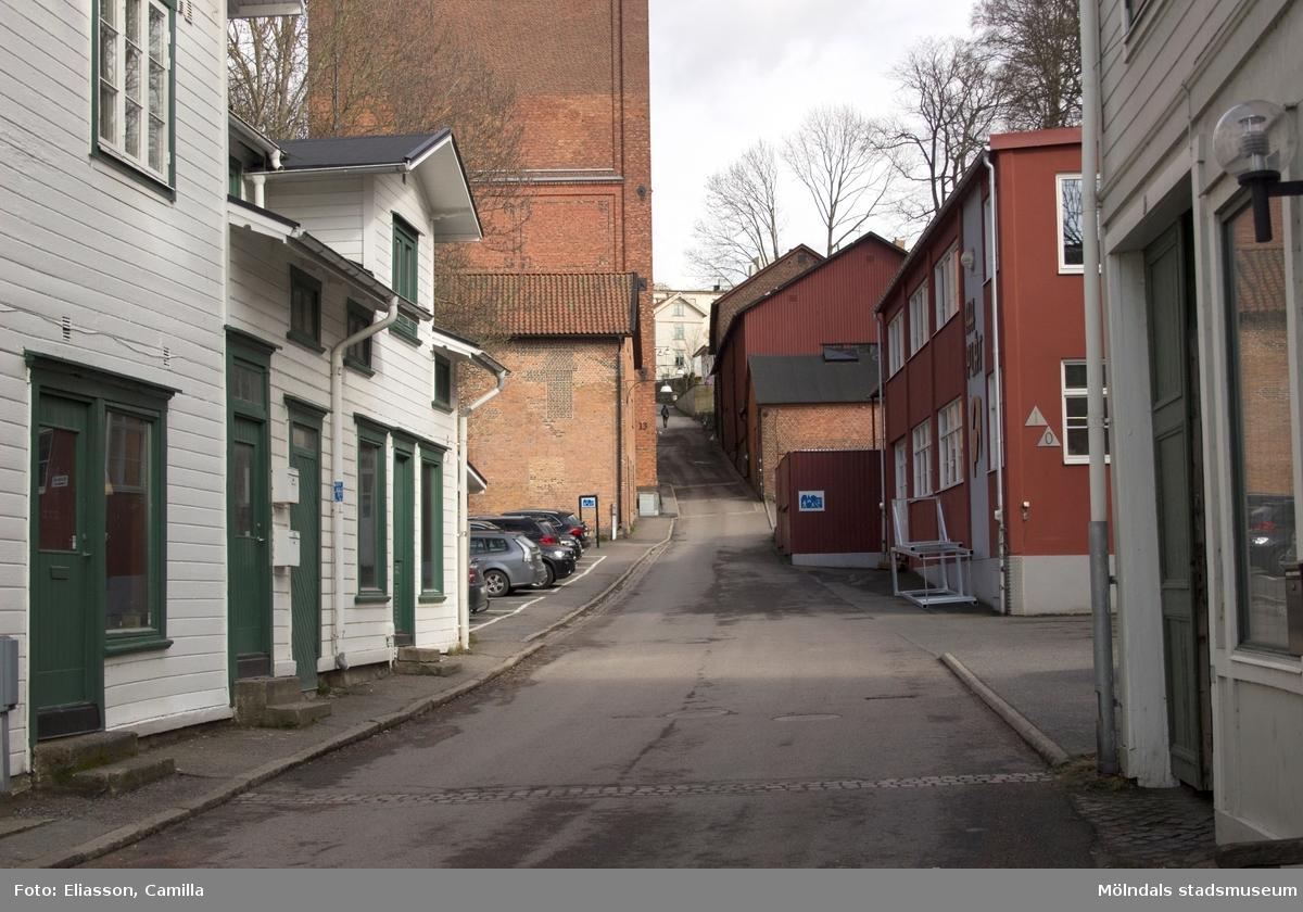 Götaforsliden sedd nerifrån och upp. Liden är sig ganska lik från äldre tider men kvarnar och textilindustri har gett plats till mer nutida näringar. Vissa hus har rivits och istället blivit parkeringar till kringliggande företag samt boende. Till vänster ligger restaurang Kråkans krog i det vit/gröna huset. Ovanför ligger Nymans kvarn samt den höga byggnaden Stora Götafors. Mittemot ligger Hembygdsföreningens industri- och lantbruksmuseum. Den tidigare vackra stenbeläggningen har numera fått ett lager med asfalt som skydd.