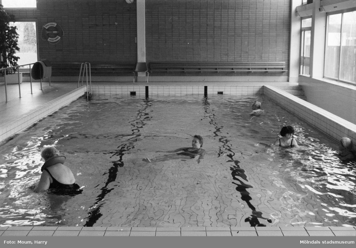 Invigning av handikappbadet på Stretered i Kållered, år 1984. En samling människor som simmar.  För mer information om bilden se under tilläggsinformation.