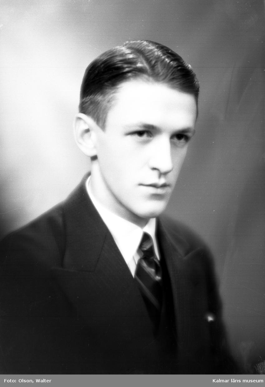 Ateljébild på en man. Enligt Walter Olsons journal är bilden beställd av Gust. larsson ifrån Bredsätra på Öland.