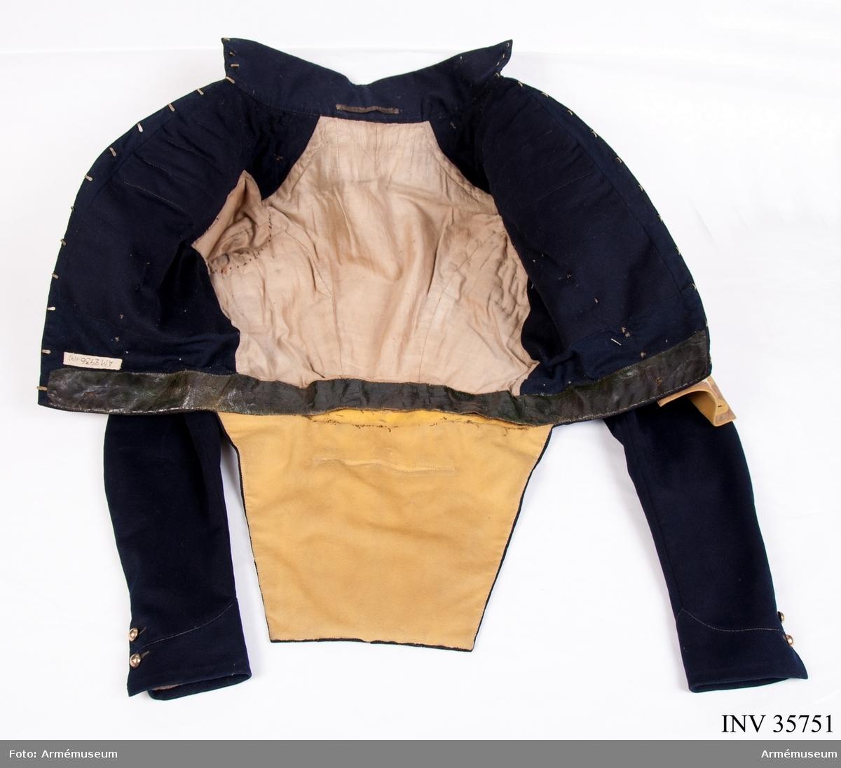 """Grupp C I. Frack mörkblå med gul revär och gult foder i skörtet. Enl. 1835 års rulla kallas den """"jacka"""". Se go 11/3 1824 (Skånska dragonregementet) faställd modell å jacka utan närmare beskrivning."""