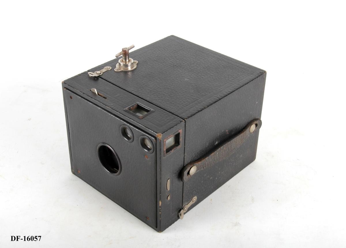 Kasseformet fotoapparat med håndtak.