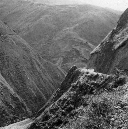 Vägen Bogotá - Villa Vicensio. Längst ned i botten Rio negro (Svarta floden). Vägen till höger är bilvägen. Randen till vänster (utmärkt med x) är den gamla ridvägen.