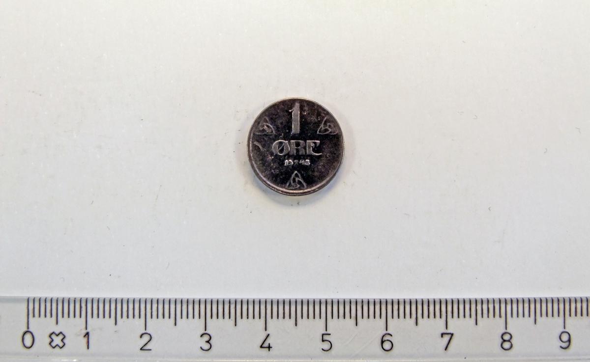 """På framsiden:  - 3 like symboler med trekantet grunnform.  - 2 minehammere i kryss;  midt i """"1943"""".  På baksiden:  - skjold med """"løve""""  (bl.a.)"""