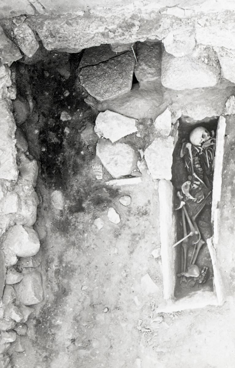 Kapitelsalens sv. hörn uppifrån. Grav 11 oöppnad, grav 12 öppnad.