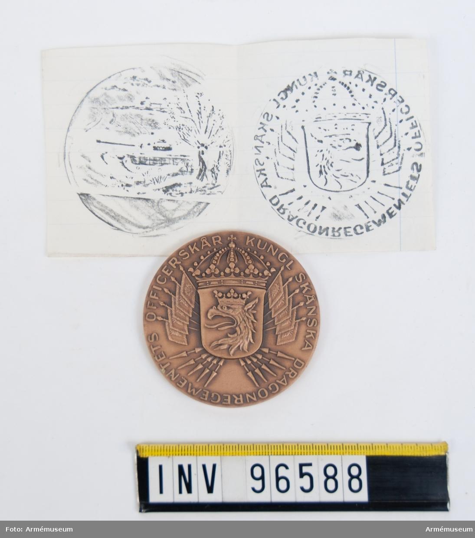 Medalj i brons för Skånska dragonregementets officerskår. Med kalkering av båda sidor.