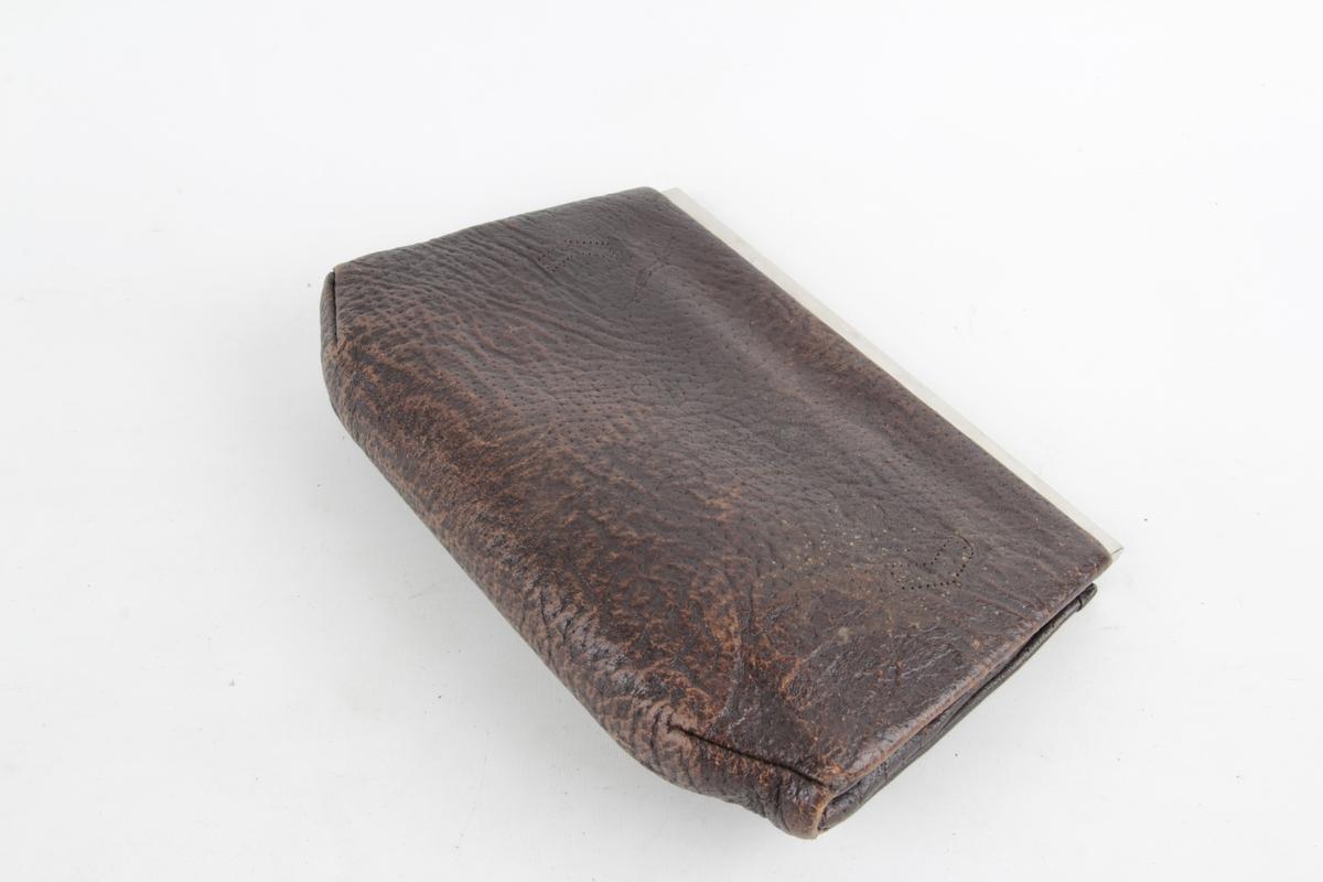 Håndveske med lås og en liten lomme på innsiden.