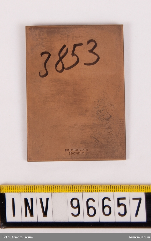 Minnesplakett för Norra smålands regemente I 42. Stans nr 11253. Stansen härdad 1943-09-27. Plakett, storlek 54x73 mm, åtsida med Smålands vapen jämte inskription I 42 MINNESPLAKETT.
