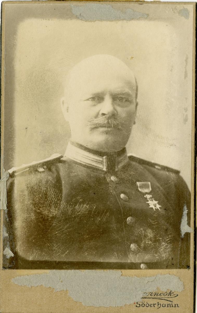 Porträtt av Karl Ludvig Eugéne von Hedenberg, kapten vid Hälsinge regemente I 14.  Se även AMA.0007470.